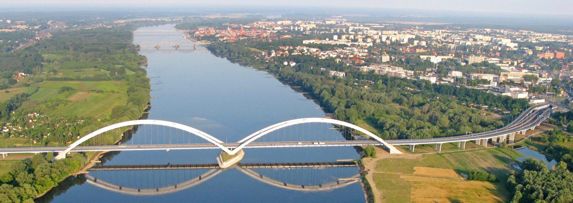 Widok z góry - Wisła przepływająca przez Toruń. Trzy mosty, na pierwszym planie most gen. Zawackiej.