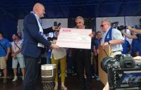 Prezydent Torunia Michał Zaleski przekazuje czek dla Twardych Pierników