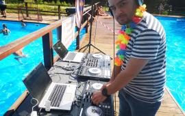 Na zdjęciu: DJ dbający o muzykę podczas uroczystości