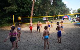 Na zdjęciu: dzieci grające w siatkówkę plażową