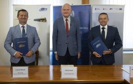 Na zdjęciu prezydent Torunia Michał Zaleski, prezes MZK Toruń Zbigniew Wyszogrodzki oraz prezes PESA Bydgoszcz SA Krzysztof Zdziarski