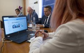 Na zdjęciu obsługująca laptopa rzecznik MZK Sylwia Derengowska, w tle prezydent Torunia Michał Zaleski, prezes MZK Toruń Zbigniew Wyszogrodzki oraz prezes PESA Bydgoszcz SA Krzysztof Zdziarski