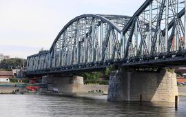 Na zdjęciu: most widziany z łódki na Wiśle