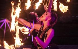 Na zdjęciu grupa SynergyART z płonącymi obręczami