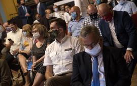 Grupa uczestników spotkania w maseczkach ochronnych.