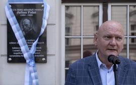 Na zdjęciu: prezydent Michał Zaleski przemawia podczas odsłonięcia tablicy