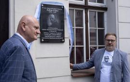 Na zdjęciu: Michał Zaleski i Mirosław Kuklik odsłaniają tablicę poświęconą Fałatowi