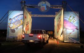 Samochód wieżdżający na teren festiwalu Auto Skyway przez bramę główną