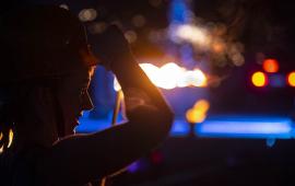 Na zdjęciu kobieta ogląda instalacje świetlne