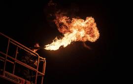 Na zdjęciu widać artystę, który wykonuje pokaz z ogniem