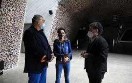 W hallu CKK Jordanki stoją Fernando Menis - architekt, Zbigniew Derkowski - dyrektor Wydziału Kultury Urzędu Miasta Torunia i tłumaczka
