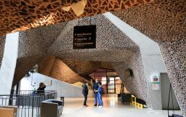 W hallu CKK Jordanki stoją Fernando Menis - architekt, Zbigniew Derkowski - dyrektor Wydziału Kultury Urzędu Miasta Torunia i tłumaczka, U góry widać charakterystyczny, ceglano-betonowy sufit