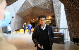 Fernando Menis z telefonem w dłoni stoi w hallu Jordanek