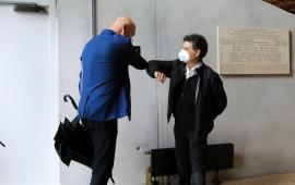 Prezydent Michał Zaleski wita się z Fernando Menisem charakterystycznym dla czasu pandemii stuknięciem się łokciami