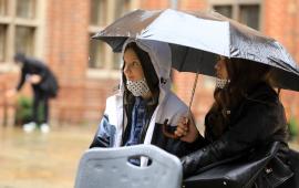 panie pod parasolem słuchają aktorów