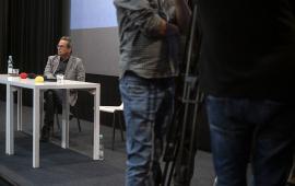 Krzysztof Stanisławski na tle dziennikarzy i kamer