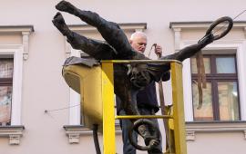 instalacja jednej z rzeźb