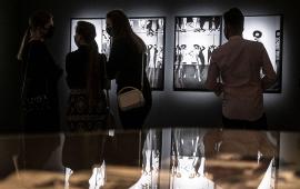 Na zdjęciu zwiedzający oglądają wystawę