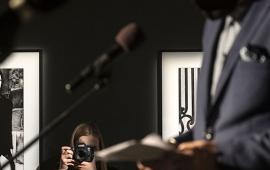 Na zdjęciu prezydent Michał Zaleski przemawia w tle fotograf robi mu zdjęcie