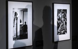 Na zdjęciu cienie gości padają na dwie prace Helmuta Newtona