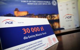 Na zdjęciu widać symboliczny czek z wypisaną kwota 30 000 zł