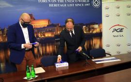 Zastępca prezydenta Zbigniew Rasielewski i Adam Banaszak, wiceprezes PGE Toruń przygotowują się do konferencji prasowej
