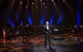 Prezydent Michał Zaleski stoi na scenie CKK Jordanki podczas Gali Noworocznej i składa życzenia