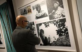 Mężczyzna przygląda się archiwalnym zdjęciom Tony'ego Halika, znajdujących się na wystawie w Muzeum Podróżników