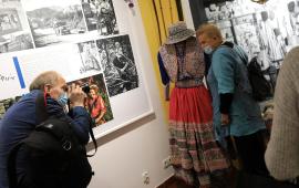 Elżbieta Dzikowska pozuje do zdjęcia przy stroju peruwiańskim