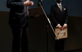 prezydent Michał Zaleski przemawia na scenie teatru, w tle przewodniczący Rady Miasta Marcin Czyżniewski
