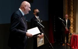 prezydent Michał Zaleski przemawia na scenie teatru, w tle przewodniczący Rady Miasta Marcin Czyżniewski i dyrektor teatru Andrzej Churski