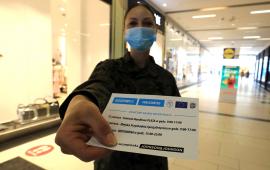 Żołnierka WOT pozuje z ulotka promującą szczepienia.