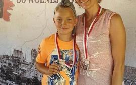 Na zdjęciu uczestnicy historycznego rajdu rowerowego z pamiątkowymi medalami