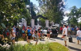 Na zdjęciu uczestnicy historycznego rajdu rowerowego przy bramie cmentarza garnizonowego przy ul. Wybickiego