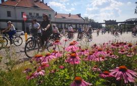 Na zdjęciu uczestnicy historycznego rajdu rowerowego przy bramie cmentarza garnizonowego przy Dworcu Toruń Miasto