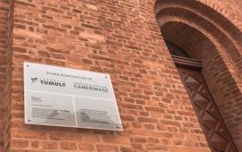 Tabliczka na Zborze na Rynku Nowomiejskim, informująca o mieszczącej się w budynku siedzibie Fundacji Tumult