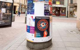 Plakaty festiwalu EnergaCamerimage nasłupach w miescie