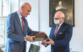 prezydent Michał Zaleski wręcza prezent dyrektorowi Rubnikowiczowi