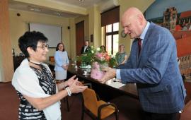 Prezydent Michał Zaleski wręcza kwiaty Elżbiecie Łukasik