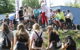 Na zdjęciu publiczność obserwuje zawodnika na rowerze na pumptracku