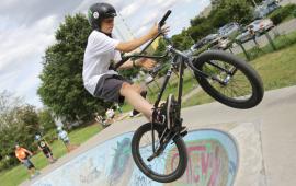 Na zdjęciu zawodnik na rowerze w powietrzu