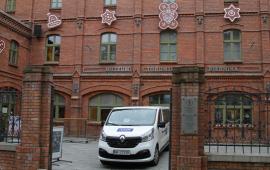 samochód telewizji przed budynkiem muzeum