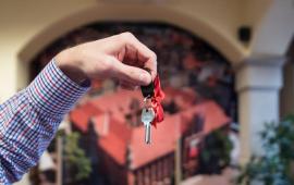 Na zdjęciu widać dłoń trzymającą klucze do mieszkania