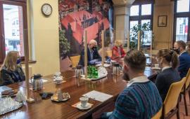 Prezydent Michał Zaleski przemawia do siedzących naprzeciwko absolwentów