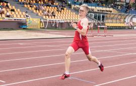 Na zdjęciu zawodnik biegnie