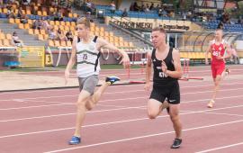 Na zdjęciu zawodnicy biegną