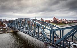Widok na most i starówkę z drona