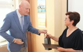 Na zdjęciu prezydent Torunia Michał Zaleski wręcza upominek Bożenie Mleczek-Dąbrowskiej