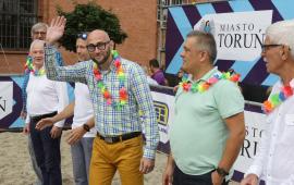 Na zdjęciu zastępca prezydenta Torunia Zbigniew Rasielewski, kierownik referatu sportu Sławomir Pawenta oraz organizatorzy Plaży Gotyku
