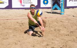 Na zdjęciu zawodnik odbija piłkę siatkową